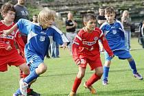 Mladí fotbalisté spojeného týmu FK Baník Souš a FŠ Most (v červeném) na archivním snímku