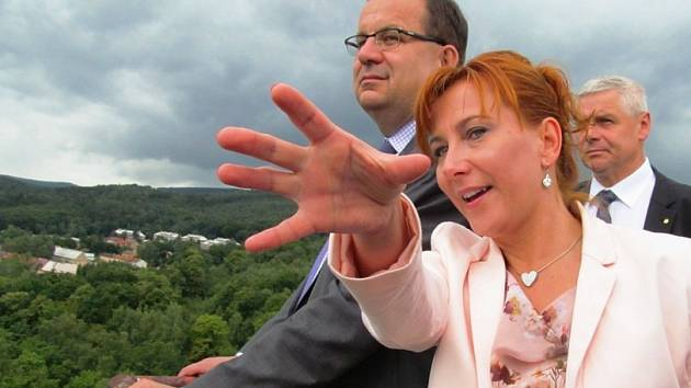 Starostka Litvínova Kamila Bláhová ministrovi ze střechy Koldomu ukázala, co se kde nachází.