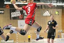 Česká reprezentantka Knedlíková pálí z výskoku na černohorskou branku.