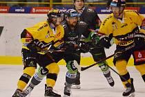 Litvínovští hokejisté (ve žlutém) se po reprezentační přestávce představili v Mladé Boleslavi.