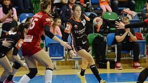 Mostecká křídelnice Dominika Zachová (uprostřed) v posledním domácím zápase proti Veselí.