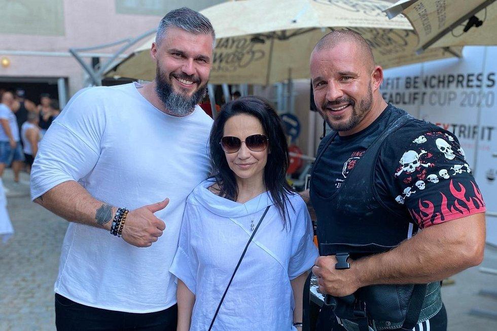 Petr Pastýřík (vpravo) se zpěvačkou Lucií Bílou a jejím přítelem a pořadatelem závodů Radkem Filipim.