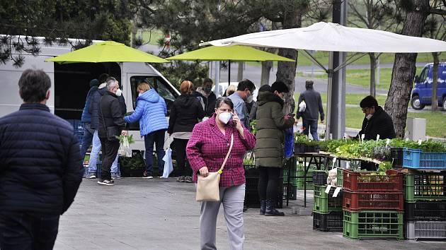 Pěstitelský trh na Radničním náměstí v Mostě. Ilustrační foto