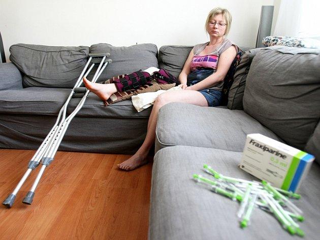 Věra Malesaková, zaměstnankyně Dětského domova v Mostě, teď tráví nejvíce času v obýváku na gauči. Denně si musí píchat do břicha injekce proti trombóze.