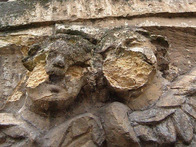 Některé staré sochy na mosteckém hřbitově se vlivem zimního počasí rozpadají tak intenzivně, že ztrácejí svou podobu. Dvěma andělům spadly tváře.