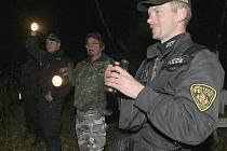 Strážníci v doprovodu rybářské stráže hledají pytláky.