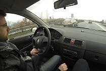 Reportér Deníku při testu na silnici mezi Mostem a Chomutovem.