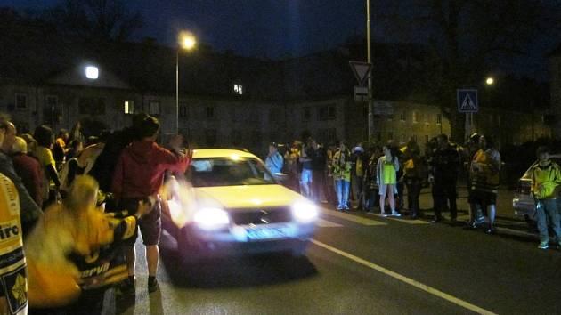 Lidé v ulicích Litvínova oslavovali titul. Takhle to vypadalo zimního stadionu