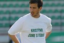 Petr Jendruščák s tričkem, kterým mostečtí fotbalisté vyjádřili podporu nemocné ženě svého kapitána.