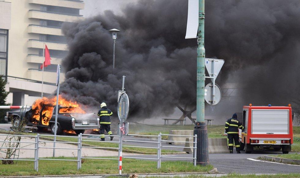 Natáčení seriálu Extinction v centru Mostu. Přihlížející mohli sledovat velký výbuch automobilu