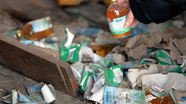 Desítky balení léku Pasorin se povalují v bývalém a nyní opuštěném kravíně u Obrnic.