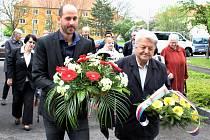 Mostecký primátor Jan Paparega (vlevo) a další hosté při vzpomínkovém aktu při příležitosti 8. května
