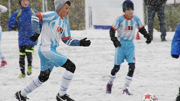 Pro body si museli mladí hráči dojít na zasněženém hřišti.