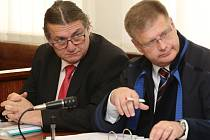 Jiří Šulc u soudu kvůli kauze ROP v roce 2015, vpravo jeho advokát Daniel Volák.