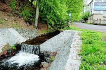 Nečistoty ze starých septiků podle místních stékají do potoka. Vybudování kanalizace je nutností.
