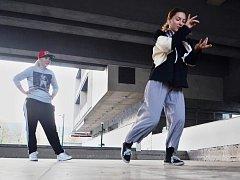 Tanečníci skupiny The F.A.C.T. na zchátralém podiu městského kulturního domu Repre v Mostě