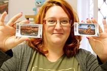 Jitka Sadílková z Informačního turistického centra v litvínovském zámku Valdštejnů ukazuje nové turistické vizitky.