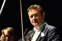 Houslový virtuoz Ivan Ženatý zahrál v mosteckém městském divadle na finálním koncertu jarní části sezony Festivalového orchestru Petra Macka.