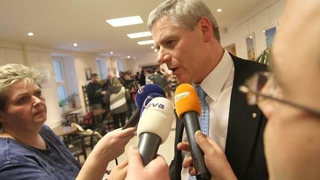 Milan Šťovíček odpovídá novinářům.