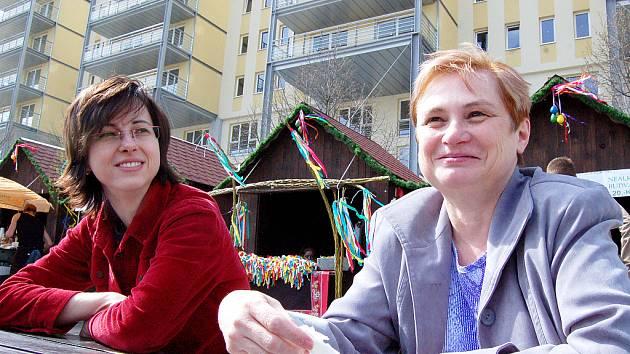 Velikonoční trhy v Mostě jsou opět na Prvním náměstí. V pozadí bytová rezidence Odeon.