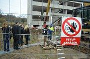 Bourání prvního ze dvou poškozených paneláků v Chánově, čtvrtek 24. listopadu.