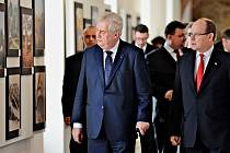 Prezident Miloš Zeman ukázal výstavu o Mostecku monackému knížeti Albertovi II..