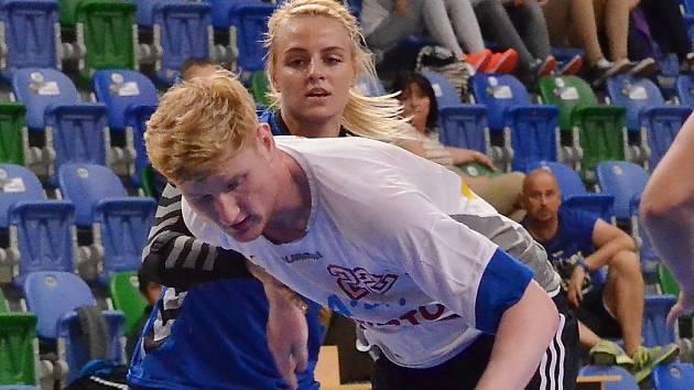 Reprezentantka a házenkářka Mostu Markéta Jeřábková v přípravném modelovém zápase s dorostenci Lovosic.