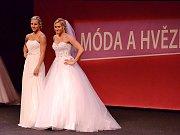 Mostecké házenkářky předvádějí svatební šaty.