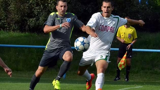 Mostecký fotbalový klub (ve tmavém) v zápase s Novým Borem.