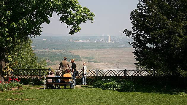 Lidé pozorují krajinu pod zámkem Jezeří. Je poznamenaná těžbou uhlí a chemickým průmyslem.