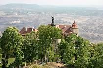 Zámek Jezeří leží nad krajinou postiženou těžbou hnědého uhlí.