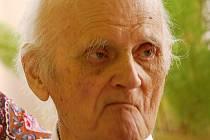 Josef Schleger, nejstarší Mostečan zemřel ve věku nedožitých 103 let. Snímek je z oslavy v roce 2012, kdy měl 100 let.