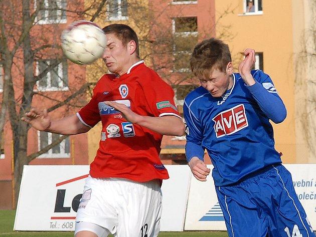 V sobotu Souš (v červeném) čeká už domácí zápas nové sezony s Novým Borem.
