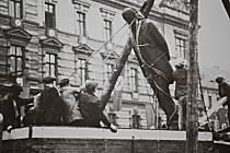 Svržení sochy TGM nacisty v Mostě roku 1938.