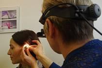 Vyšetření sluchu.