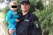 Bečovský strážník s nalezenou holčičkou.