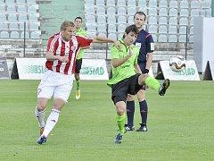 Mostečtí fotbalisté (v zeleném Jakovljevič) poslední dva zápasy prohráli. Oba hráli doma.