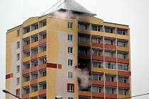 Požár vypukl v jednom z paneláků v ulici U Věžových domů.