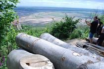 Lidé nad zámkem Jezeří kritizovali těžbu buků.
