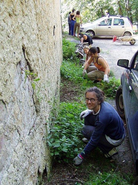 DObrovolníci z ciziny na zámku Jezeří.