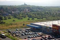 Na této louce mezi Baumaxem a rodinnými domy v Mostě má stát Kaufland, probíhá zjišťovací řízení kvůli EIA.