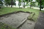 Plocha na úpatí parku Hrabák v Mostě je udržovaná, ale od roku 1989 také zpustla.
