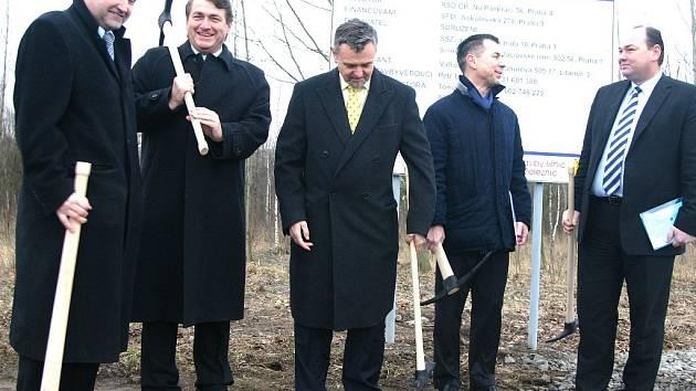 Zástupci investora, dodavatelských firem i kraje při zahájení rozšiřování silnice Komořany - Most.