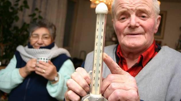 Kamila Brabcová a Štefan Bedecs, kteří společně žijí v jednom z litvínovských panelových domů, měli v bytě patnáct stupňů.
