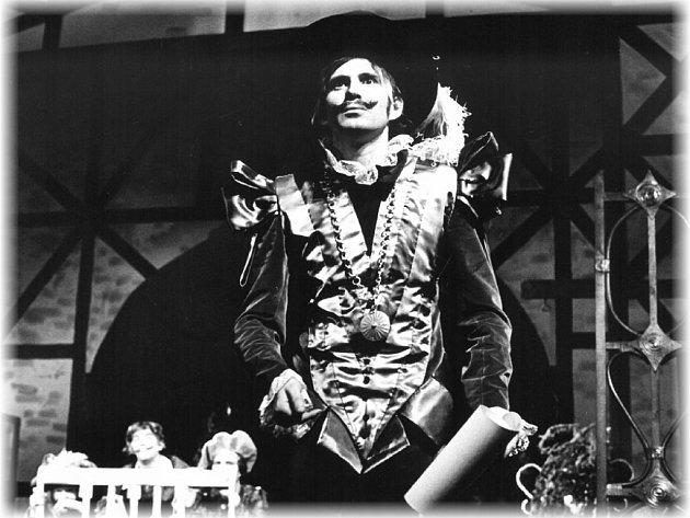 Stanislav Oubram v době svého mládí v jedné ze Shakespearových veseloher, Večer tříkrálový aneb Cokoli chcete.