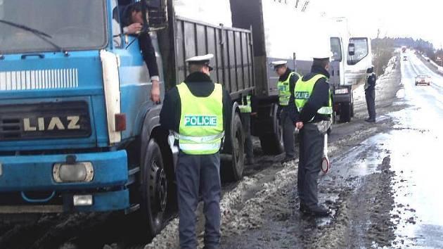 Policisté kontrolují řidiče nákladního auta v Sedleci.