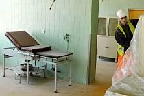 TICHO A PRACH. Dělník prochází opuštěným porodním sálem mostecké nemocnice. Peníze na modernizaci přišly vhod v pravý čas. Starý sál je mimo provoz kvůli stavebním úpravám pavilónů.