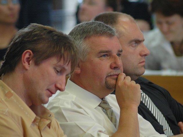 Zastupitel ČSSD Adolf Sigmund (uprostřed) si myslí, že radní porušili zákon. Podle něj rada města nedodržela zákon o svobodném přístupu k informacím. Vlevo sedí jeho stranický kolega Martin Strakoš, vpravo Karel Novotný, rovněž z ČSSD.
