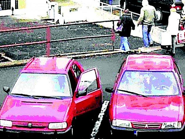 Žena nechala z roztržitosti zcela otevřené auto a odešla.
