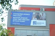 """V roce 2018 na sebe SMM strhlo pozornost volebním slibem, že postaví """"vesnici pro lůzu""""."""